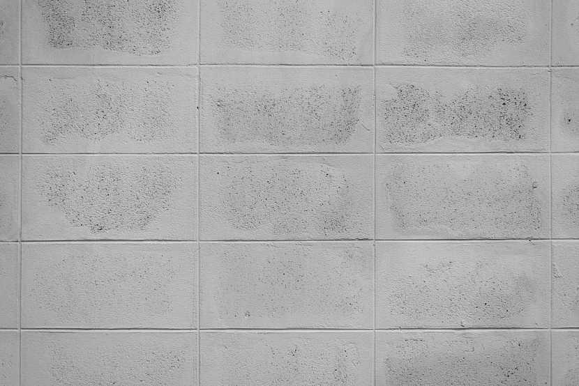 Betonová zeď je pravidelná, stabilní a staví se snadno a rychle