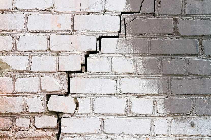 Prasklá obvodová zeď může být znakem narušené statiky celé stavby
