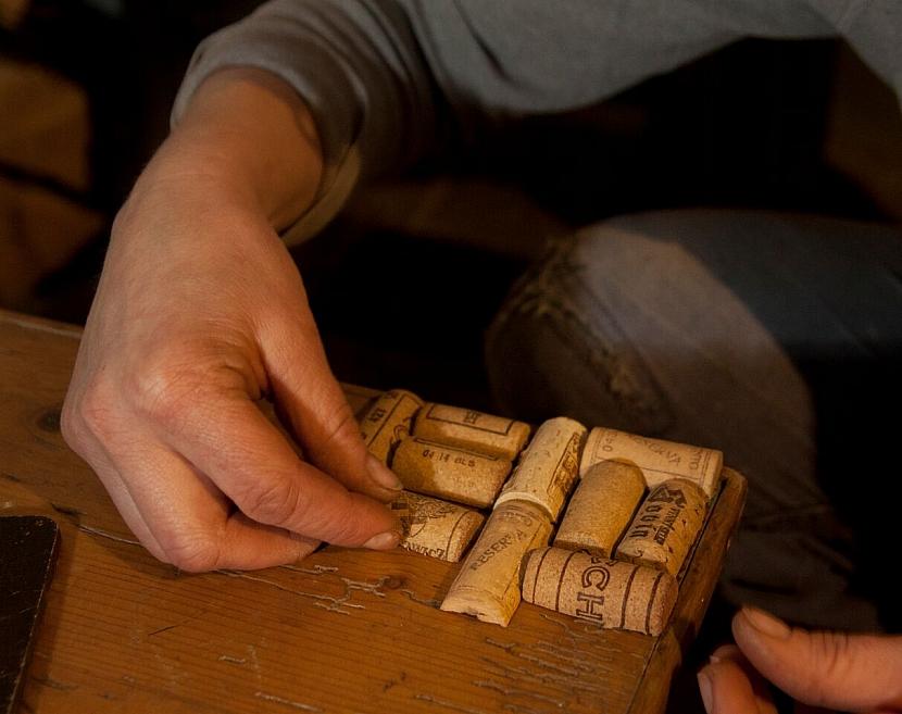 Jak zrenovovat stoličku a vylepšit ji sedákem z korkových zátek od vína 6