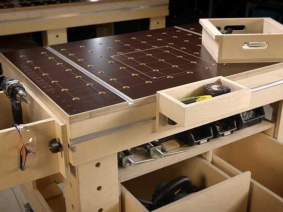 Pořádek na pracovním stole Workbench pomohou udržet odkládací prvky (Zdroj: Workbench)