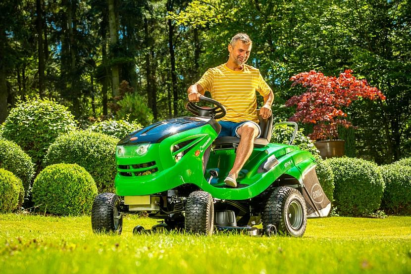 sekání trávy traktorem