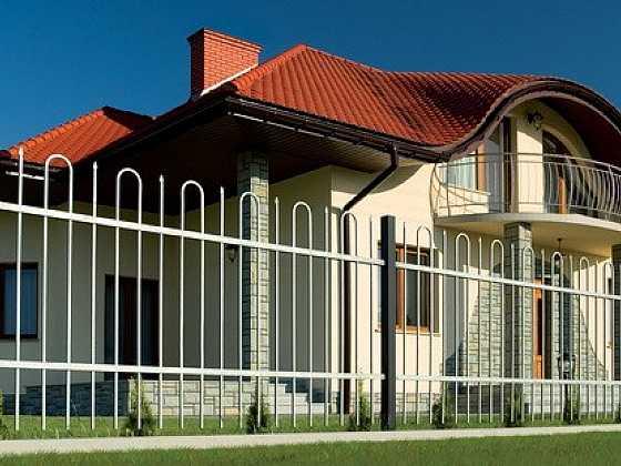 Kovaný plot - bezpečně střeží obydlí