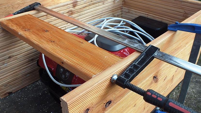 Domeček pro robotickou sekačku: spojíme boky a zádadomečku