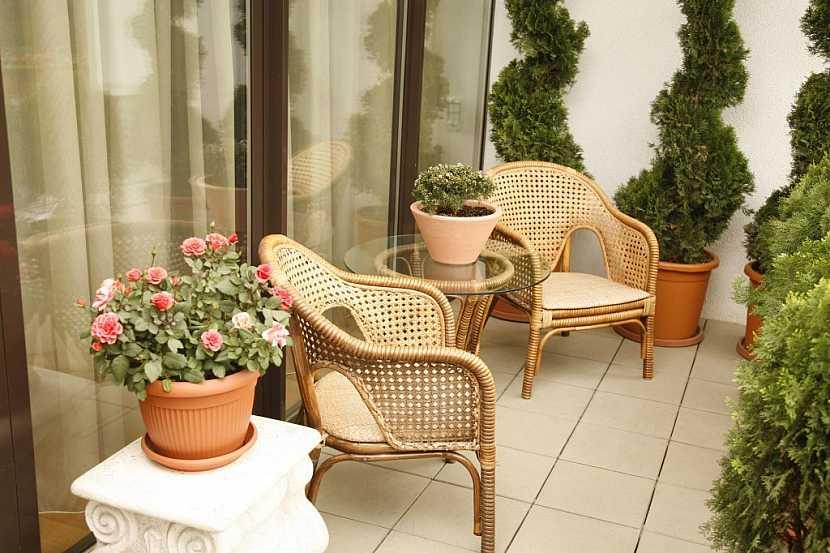 Ratanový nábytek na balkon je klasika, co neomrzí