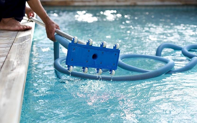 Manuální bazénový vysavač