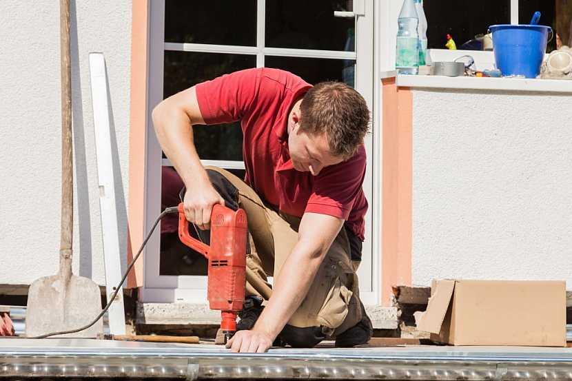 Víte, jak se provádí oprava podlahy na balkoně?
