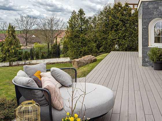 Montáž dřevoplastové terasy zvládne každý šikovný kutil (Zdroj: Deceuninck)