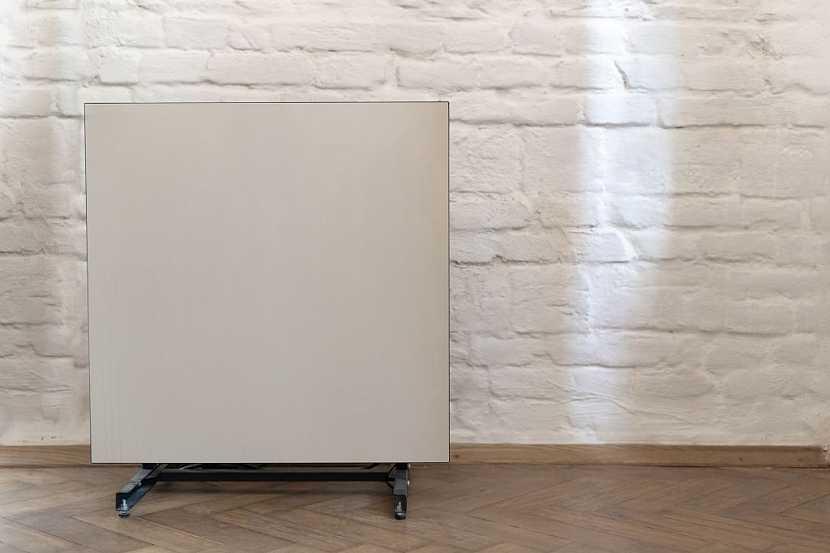 Můžeme využít i mobilní sálavý panel a využívat ho ve více místnostech (ilustrační foto)