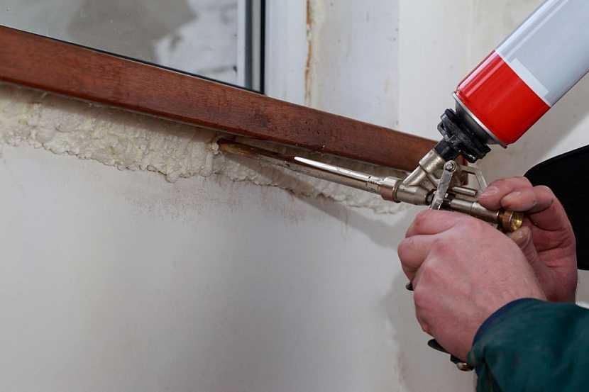 Zajištění spáry a izolace přechodu mezi oknem a zdivem