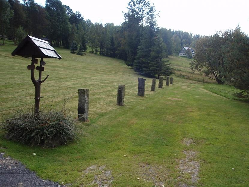Ohraničení pozemku kamennými patníky