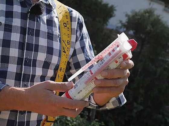 Chemická kotva udrží předměty i na zdi z dutých cihel (Zdroj: Prima DOMA)