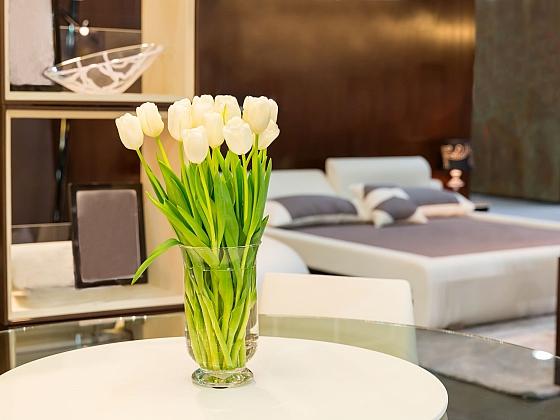 Tulipány ve váze jsou krásným symbolem jara (Zdroj: Depositphotos)
