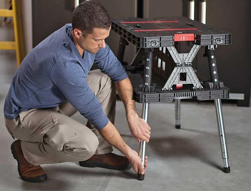 Pracovní stůl by měl být hlavně pevný a stabilní, výhodou mohou být výškově nastavitelné nohy