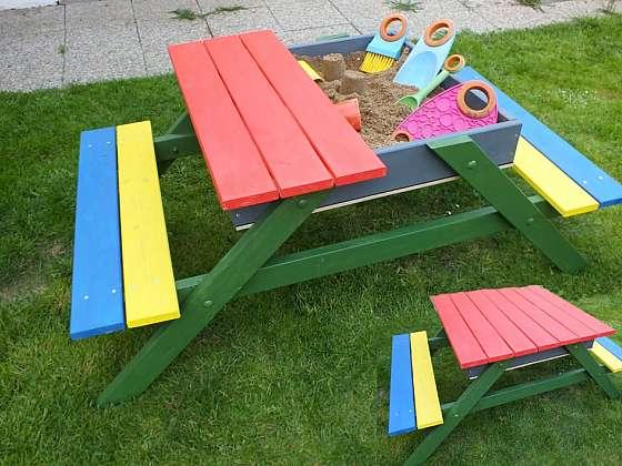 Vyrobte dětem praktický stolek s pískovištěm (Zdroj: HobbyPRstudio)