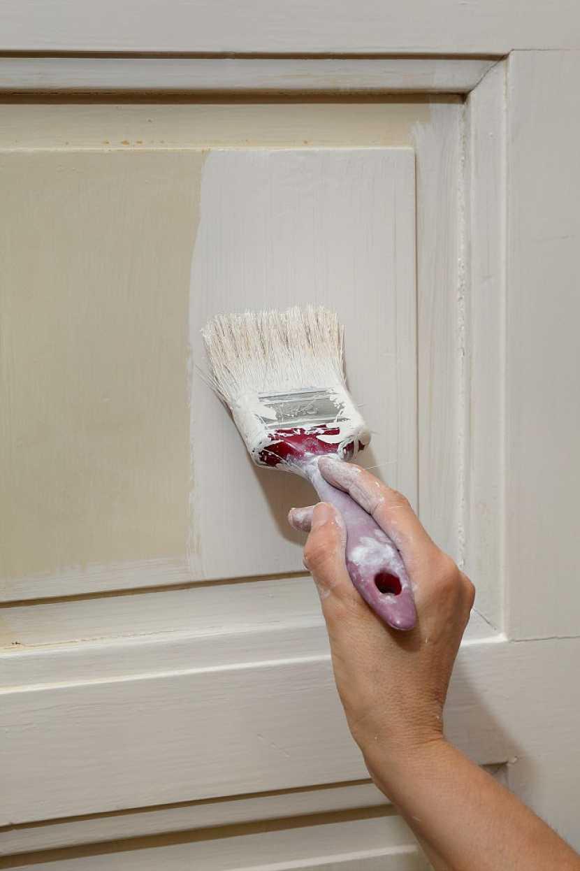 Použití barvy na renovaci dveří má své náležitosti