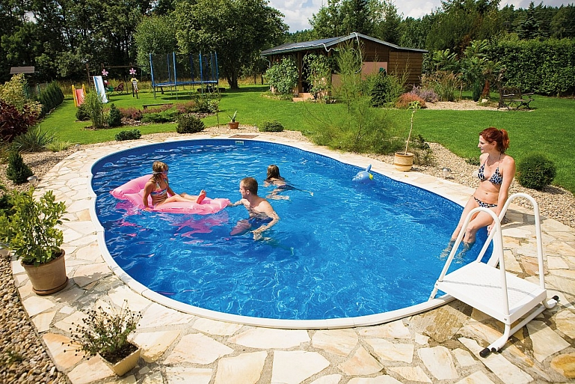 Bazén Azuro v sadě s výbavou, která obsahuje mimo jiné i solární ohřev vody, se dá letos na jaře pořídit už za necelých 18 tisíc korun. Foto: Mountfield