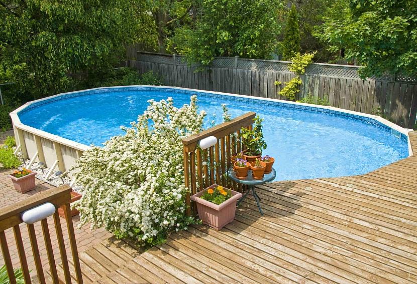 Nadzemní bazén ve světle modré