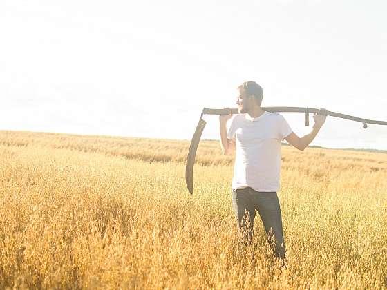 Sekání trávy nebylo vždy jednoduché. Dnes využíváme techniky a sekání je hračkou (Zdroj: PR.Konektor)