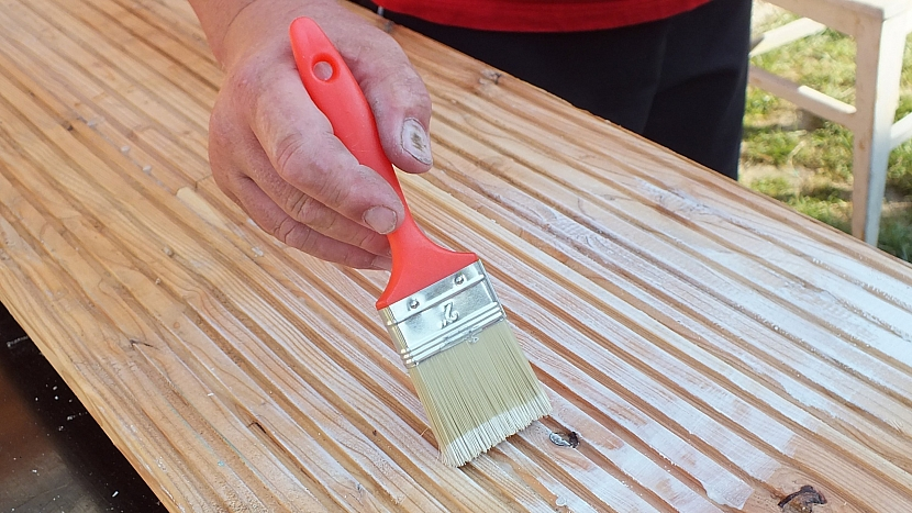 Lavice ze starých židlí: sedák natřeme podkladovou barvou