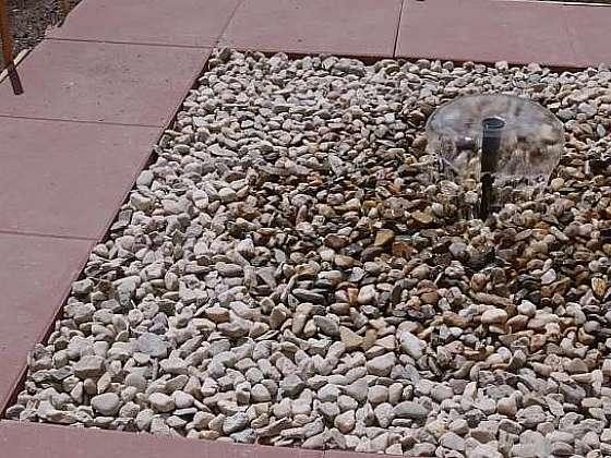 Vodní fontánka v kamínkovém jezírku bude ozdobou vaší zahrádky (Zdroj: Prima DOMA)
