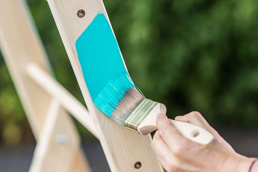 Pokud jste na výrobu žebříku použili nové dřevo, můžete se pustit rovnou do natírání