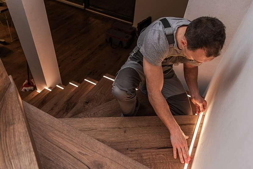 Instalaci LED pásku zvládne i šikovný kutil