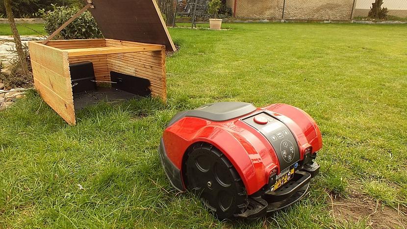 Robotická sekačka seprvních 14 dní se zahradou sžívá