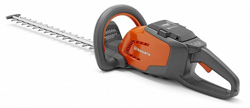 Akumulátorové nůžky na živý plot Husqvarna 136LiHD45 Lehké, velmi snadno ovladatelné nůžky na živé ploty, s kterými je radost pracovat. Ideální pro stříhání středně velkých až velkých plotů. Intuitivní ovládání a okamžitý start přispívají k rychlé a bezpr