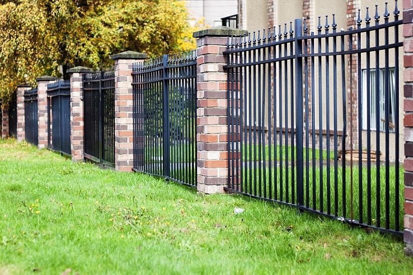 Kovový plot může být také ukotvený po stranách do vyzděných sloupků