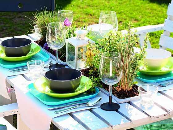 Zahradní stůl s květinami (Zdroj: Jana Ardanová)