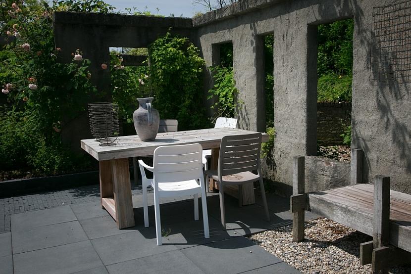 Hladká velkoformátová dlažba je vhodná na terasy, balkóny a zahradní posezení