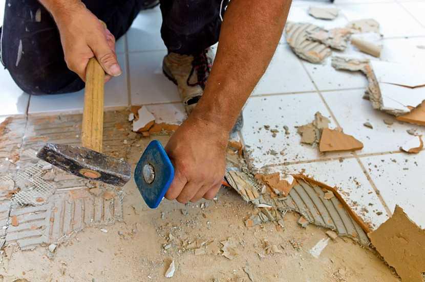 Staré dlaždice se dají buď vysekat, nebo novou dlažbu přelepit přes stávající