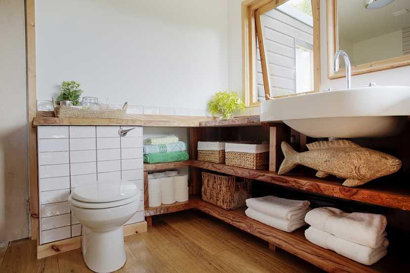 V koupelně se může sejít více různých materiálů na nábytku a úložných prostorách