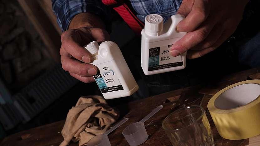 Epoxidová pryskyřice se namíchá ze dvou složek