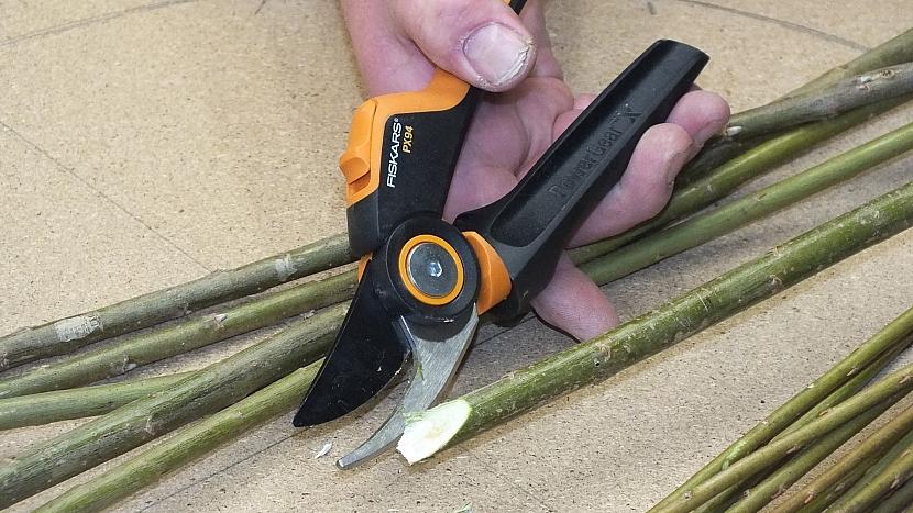 Výroba rovného ozdobného plůtku: větvičky šikmo seřízneme