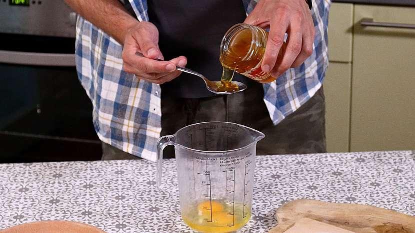 Recept na mini medovníky: vejce a med vyšleháme do pěny