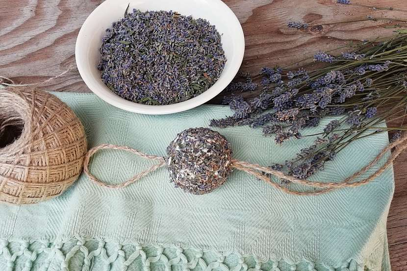 Mýdlová koule s levandulí: protáhněte provázek
