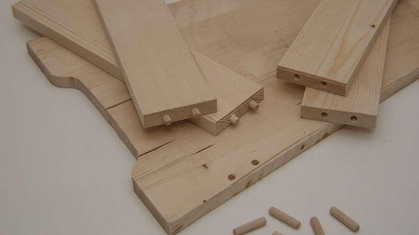 Stolička a sklopné schůdky v jednom: vlepíme dřevěné spojovací kolíčky