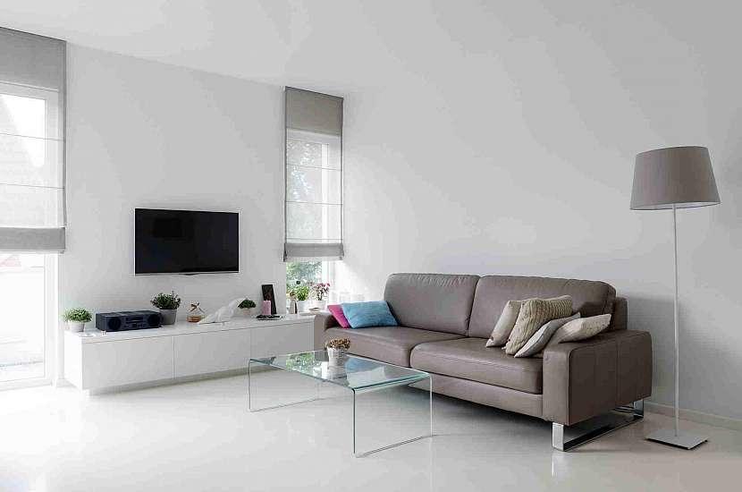 Litá podlaha v obývacím pokoji v bílé