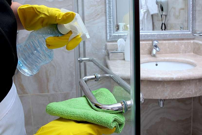 Při čištění skleněných dveří nezapomeňte vyčistit také rukojeti a kolejnice