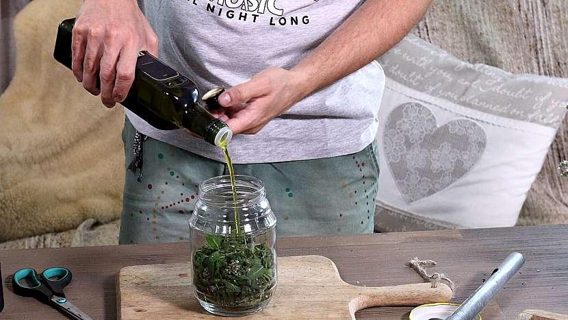 Domácí mátový olej: mátu zalijeme olejem