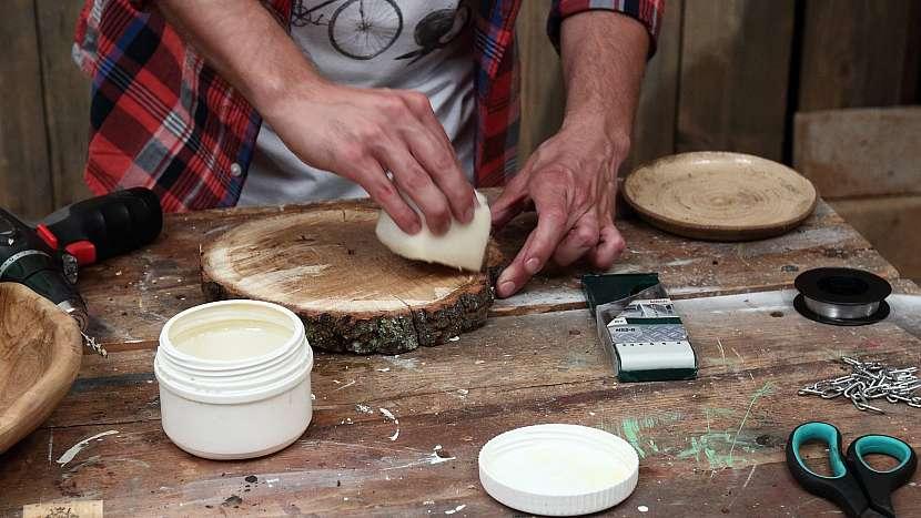 Jak vyrobit zvonkohru: dřevo ošetříme ochranným voskem
