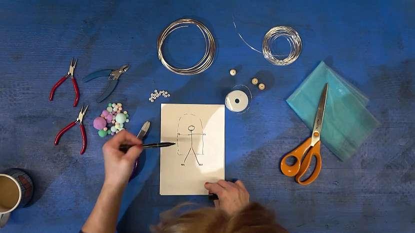 Kreslení předlohy panenky pro drátkování v zátiší s nůžkami, organzou, korálky, kleštičkami a drátky