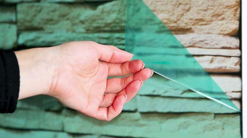 Instalace obkladové desky s potiskem: až po nalepení sejměte ochrannou folii zpřední potištěné strany