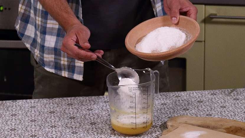 Recept na mini medovníky: do pěny přidáme další ingredience