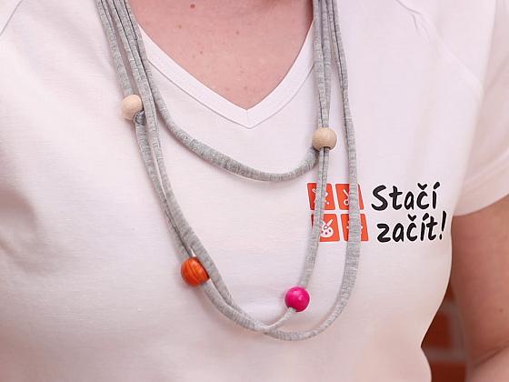 Vyrobte si jednoduchý náhrdelník z tričkoviny (Zdroj: Prima DOMA MEDIA, s.r.o.)