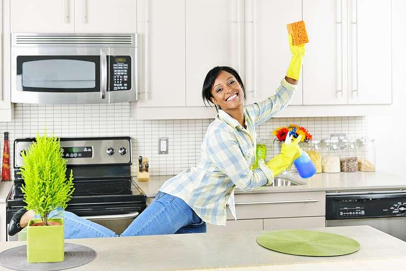 Žena radostně uklízí