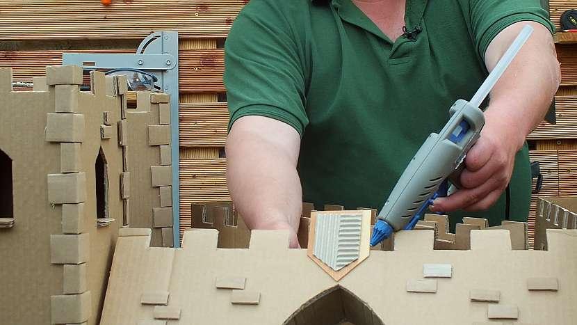 Hrad z kartonu: jednotlivé komponenty slepíme