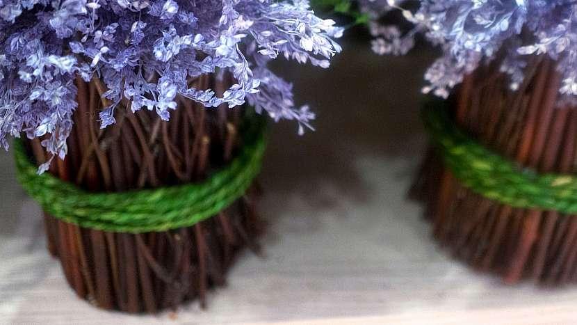 Nápady na dekorace z přírodnin: inspirace na obal na květináč z klacíků donesených z lesa