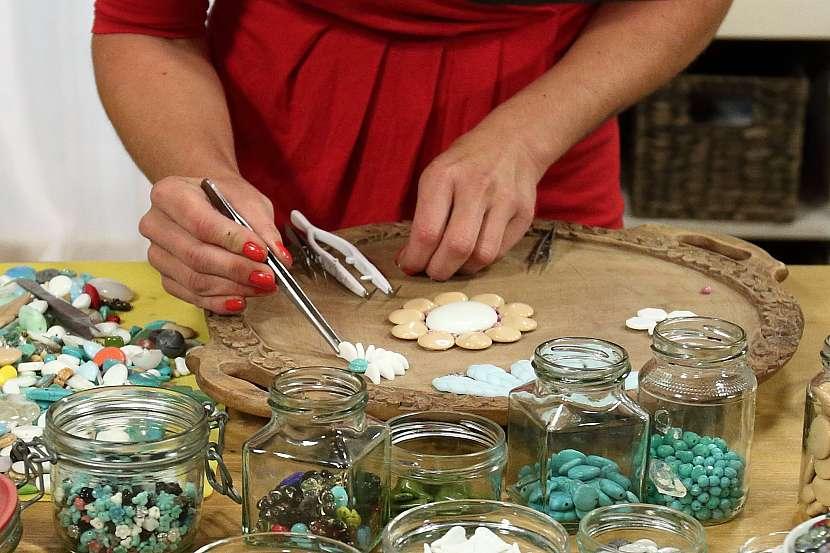 Pomocí pinzety přilepíme lepidlem jednotlivé korálky